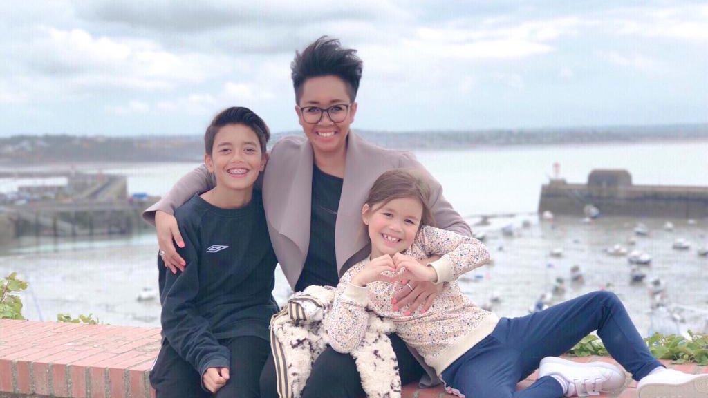 Indy (7) met haar broertje Lars en haar moeder Viviyanti.