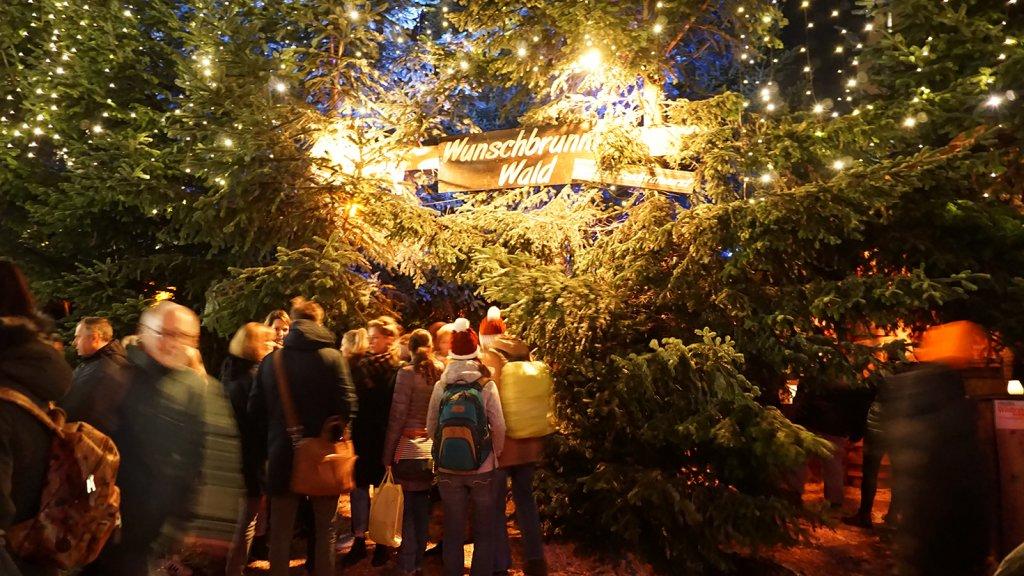 De ingang van het populaire Wunschbrunnenwald op de kerstmarkt.