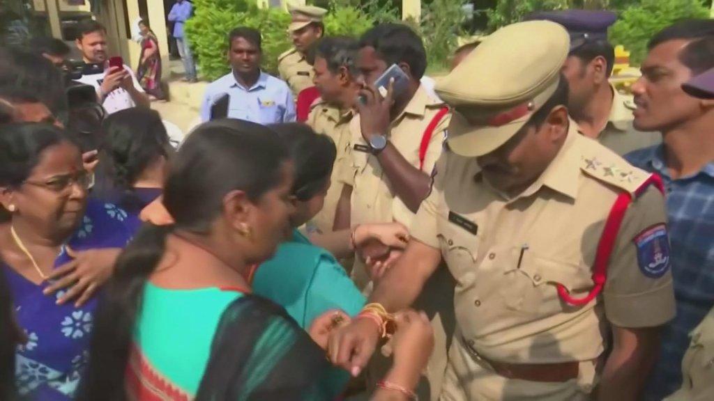 Agenten krijgen armbandjes cadeau van dankbare inwoners van Hyderabad.