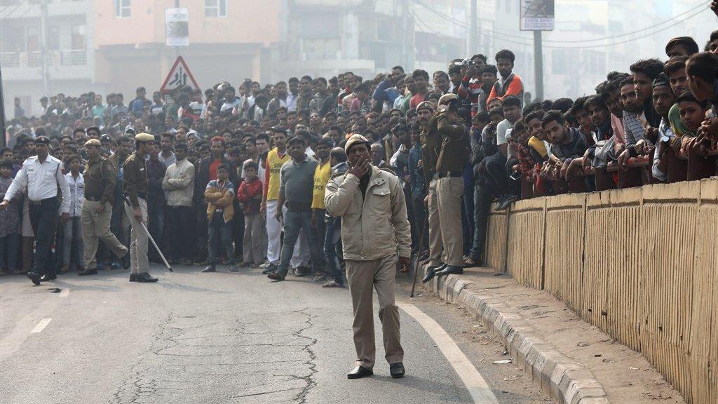 Rond de fabriek verzamelde zich een grote menigte