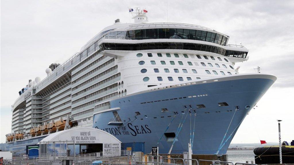 Het cruiseschip Ovation of the Seas in de haven van Tauranga.