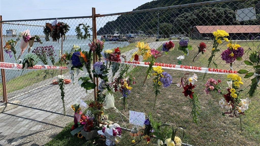 In de kustplaats Whakatane, van waaruit de touroperators naar White Island vertrokken, leggen veel mensen bloemen.