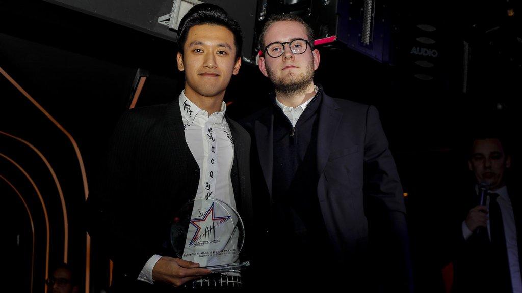 Guanyu Zhou ontvangt de prijs voor beste debutant uit handen van Victhor Hubert