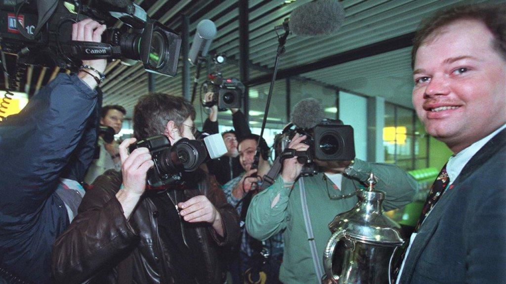 Van Barneveld na aankomst op Schiphol in 1998.