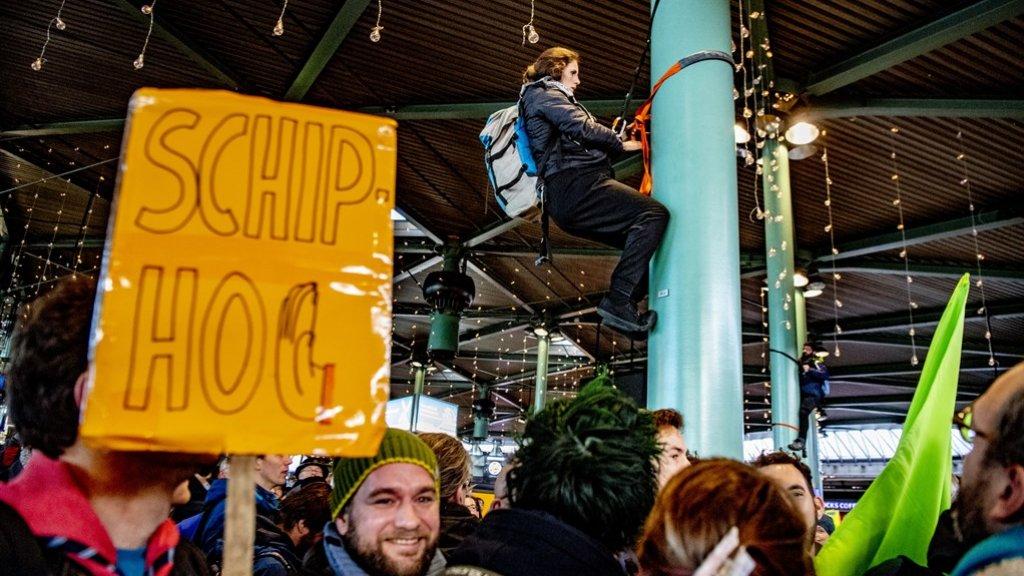 Activist klimt in paal
