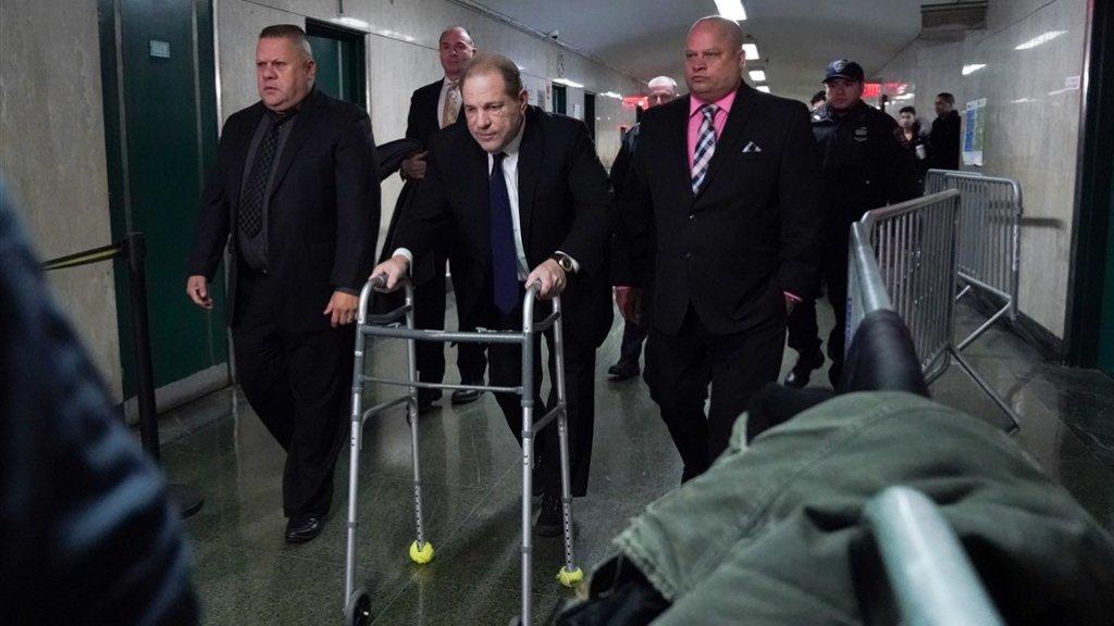 Weinstein arriveert met een rollator bij de rechtbank in New York.