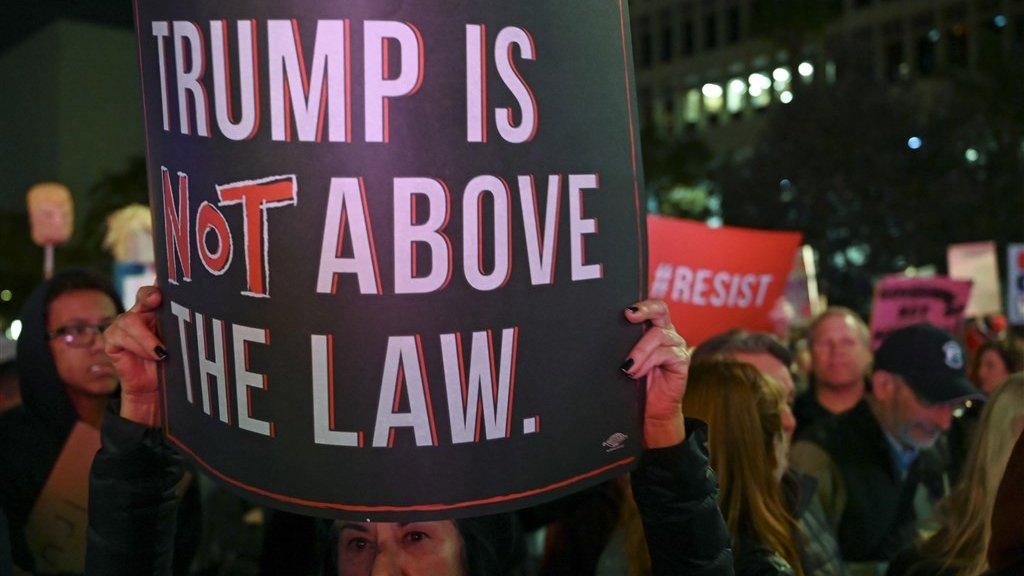 Demonstranten willen dat de president geïmpeacht wordt.