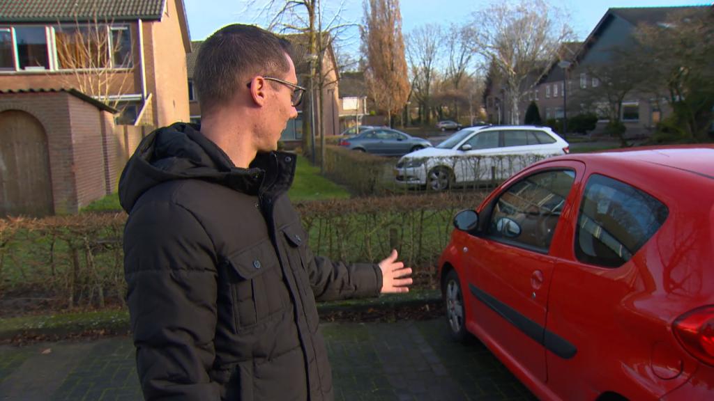 """Niels Aussems uit Waalwijk botste tegen de vangrail. """"Het kost zeker 5000 euro om het allemaal te repareren."""""""