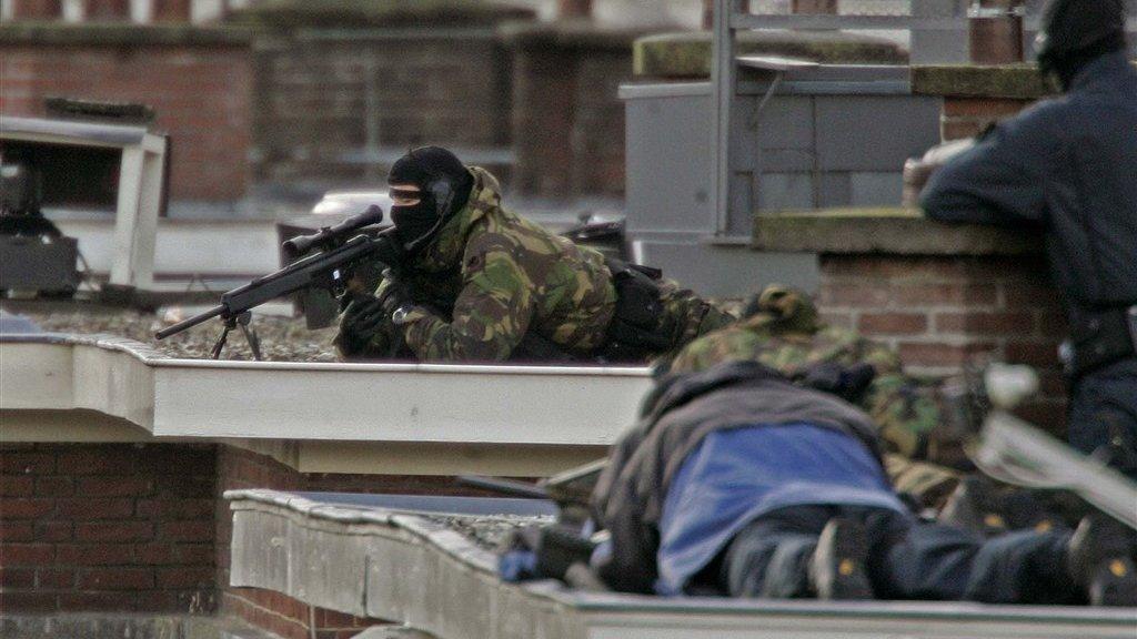 Scherpschutters op de daken van het Laakkwartier, 10 november 2004.