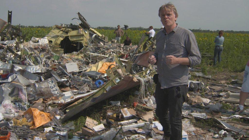 Jeroen Akkermans bij brokstukken van MH17.
