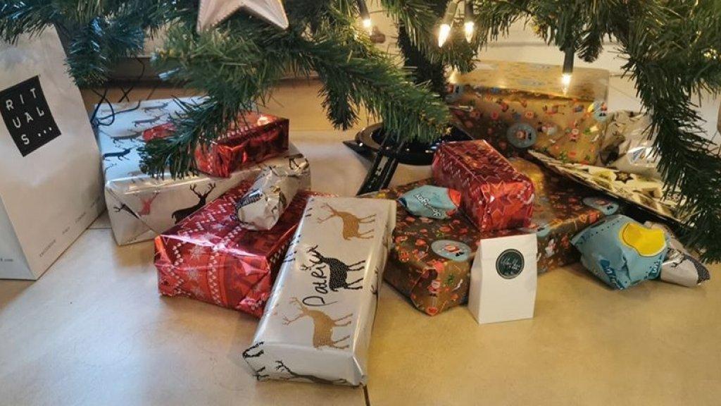 Ook bij Monica liggen er cadeau's onder de boom.