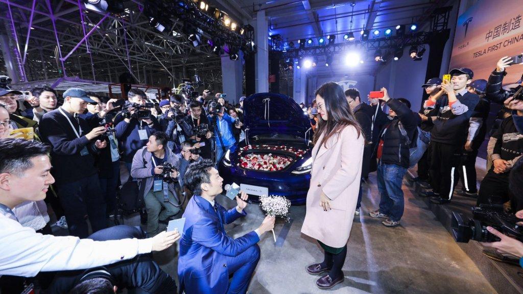 Een stukje romantiek bij de overhandiging van de 'Made in China' Model 3.