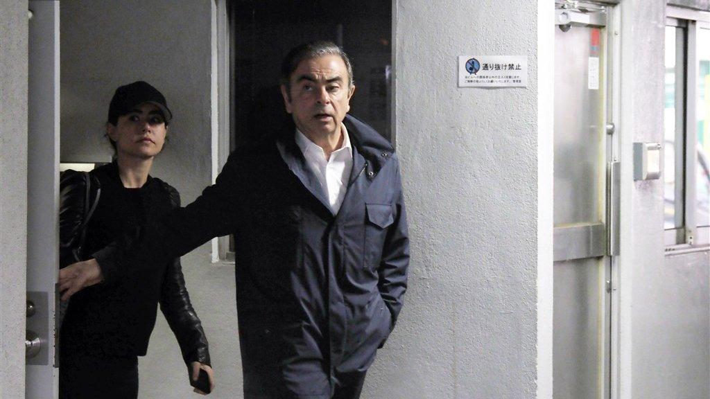 Carlos Ghosn verlaat het kantoor van zijn advocaat