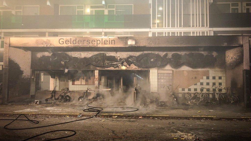 Bij een brand in een flat in Arnhem zijn een jongetje van vier en een volwassen man om het leven gekomen.