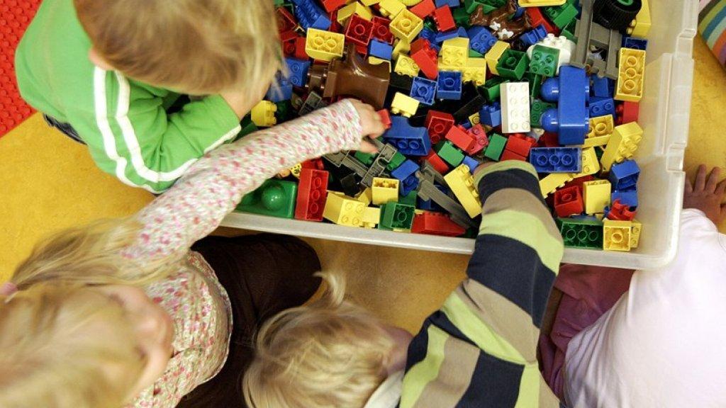 Met Duplo spelende kinderen, archieffoto.
