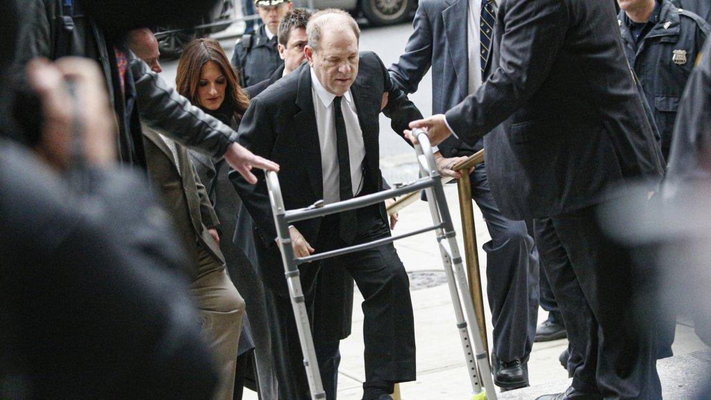 Harvey Weinstein arriveert bij het gerechtsgebouw