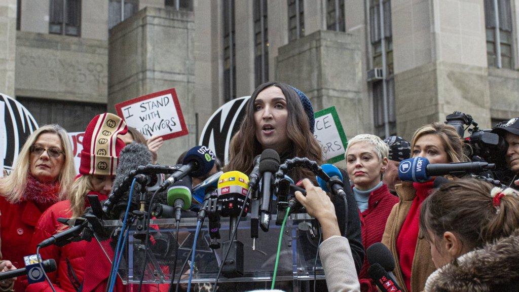 Sarah Ann Masse, een van de vermeende slachtoffers, houdt een speech bij de rechtbank