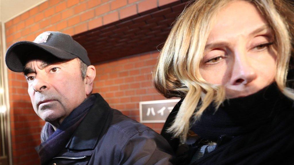 Ghosn en zijn vrouw Carole, tegen wie Japan ook een arrestatiebevel uitvaardigde, bij hun huis in Tokio na het betalen van een borgsom van zo'n 9 miljoen dollar.