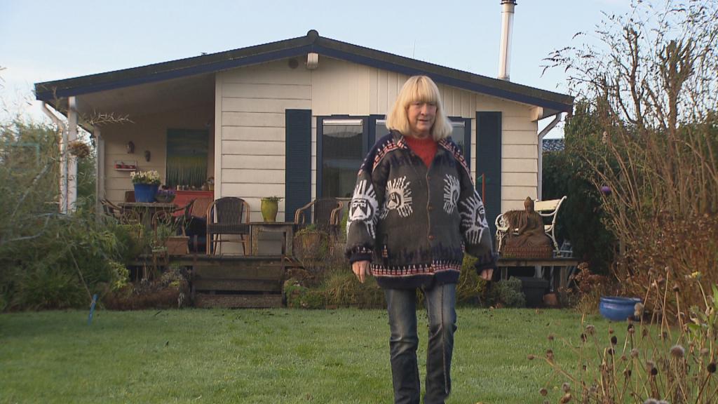 """Bewoonster Rik bij haar chalet. """"Ik leef acht tot negen maanden buiten."""""""