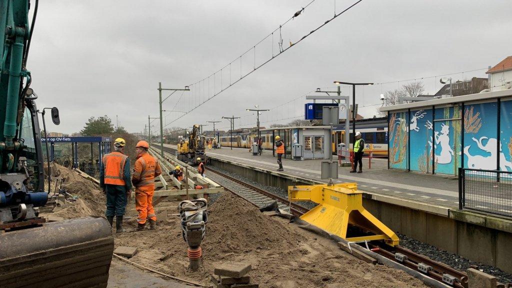 Station Zandvoort krijgt een nieuw perron om de stroom aan bezoekers aan te kunnen.