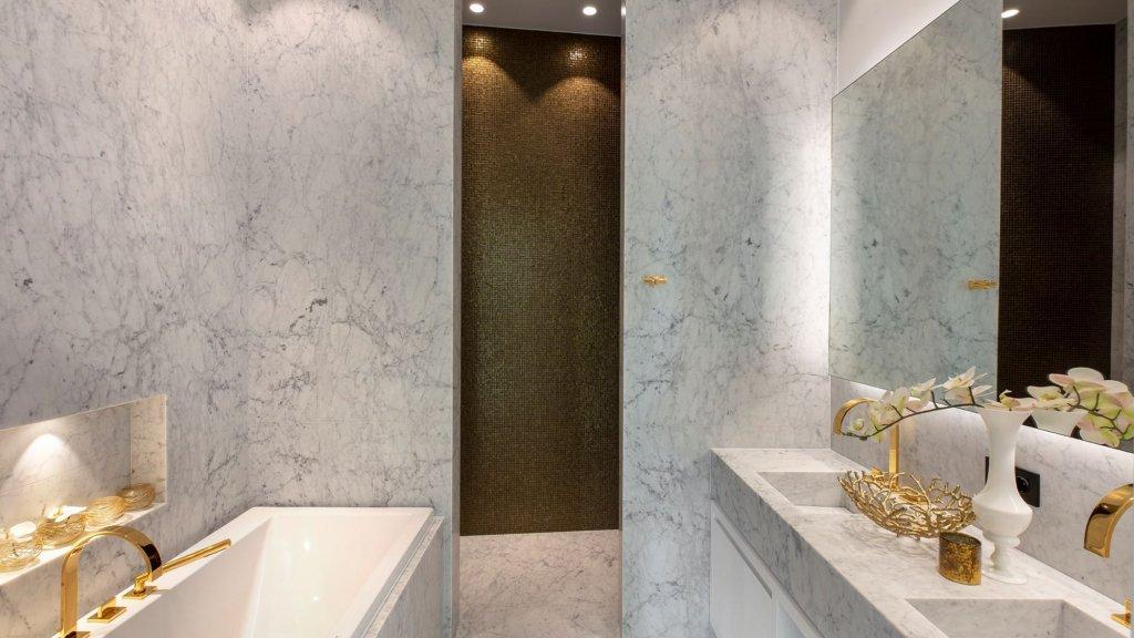 De badkamers van de appartementen in het complex hebben marmeren muren en vloeren.