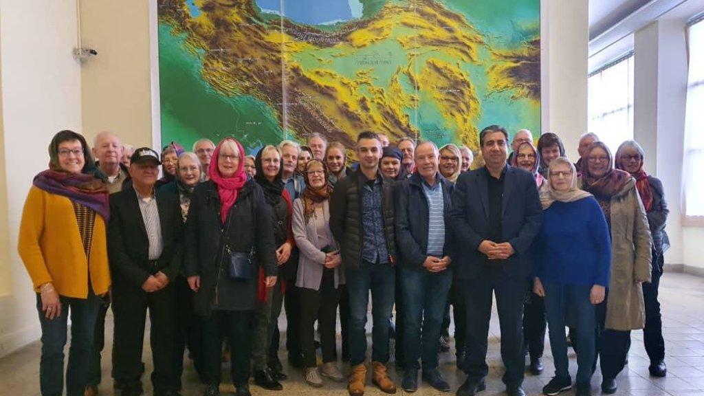 De groep in een museum in Iran.