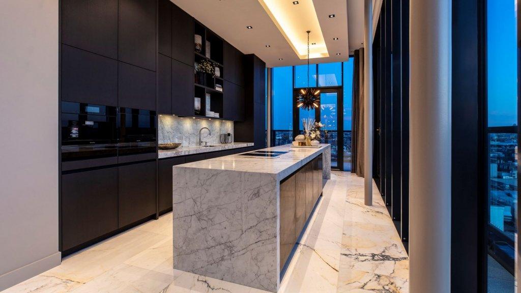 De keuken is rijkelijk voorzien van marmer.