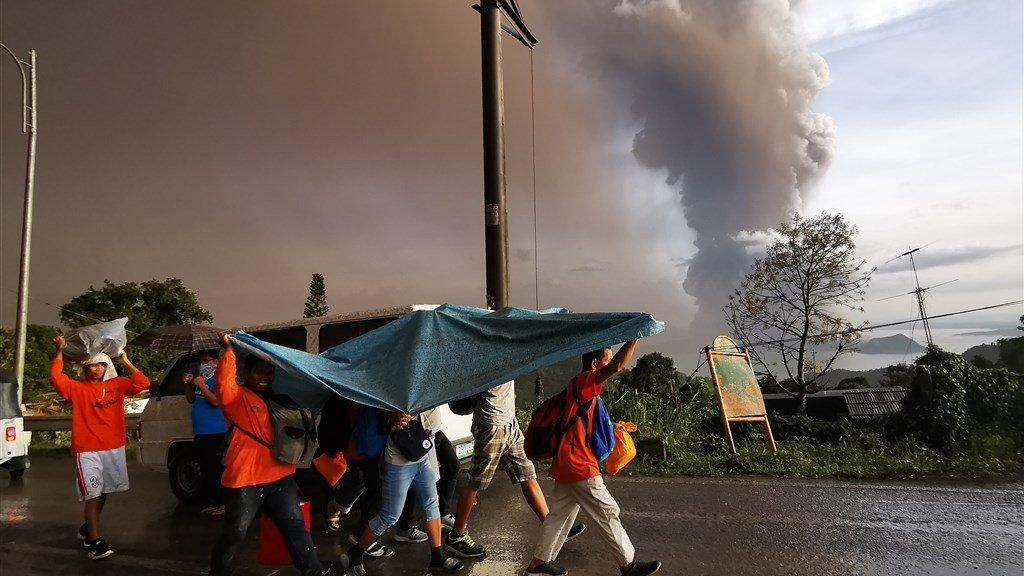 In Tagaytay beschermen ze zich tegen de asregen.