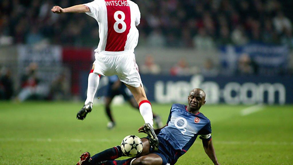 Vieira zet in 2003 als speler van Arsenal een tackle in op Ajacied Richard Witschge