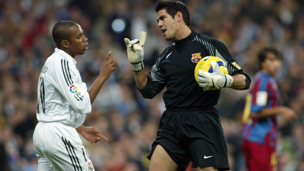 Robinho krijgt het tijdens El Clasico aan de stok met FC Barcelona-keeper Victor Valdes