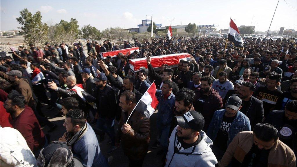 De kisten tijdens de begrafenisceremonie in de stad Basra.