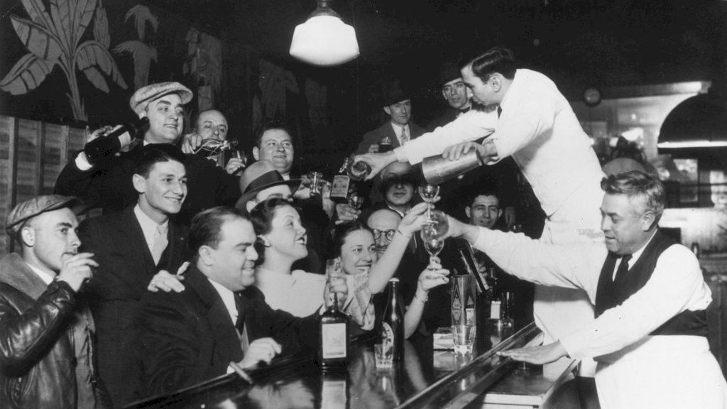 Bar in Chicago geeft een rondje na afschaffen alcoholverbod (1933)