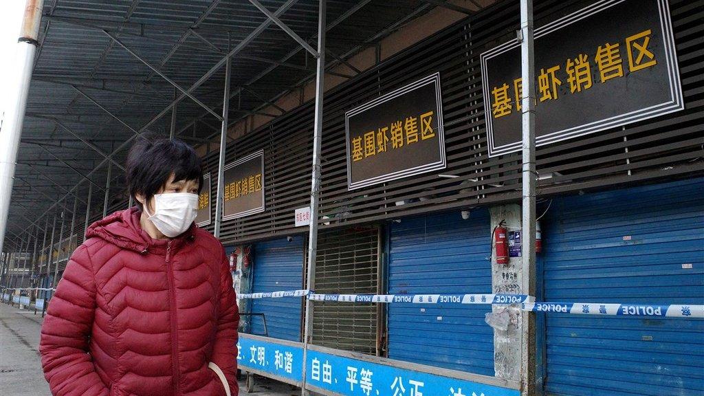 De winkels op de vismarkt in Wuhan zijn gesloten voor onderzoek.