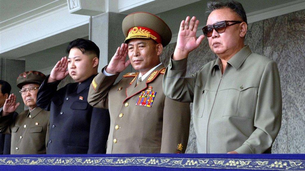Kim Jong-un (tweede van links), Ri Yong-ho (midden) en Kim Jong-il (rechts).