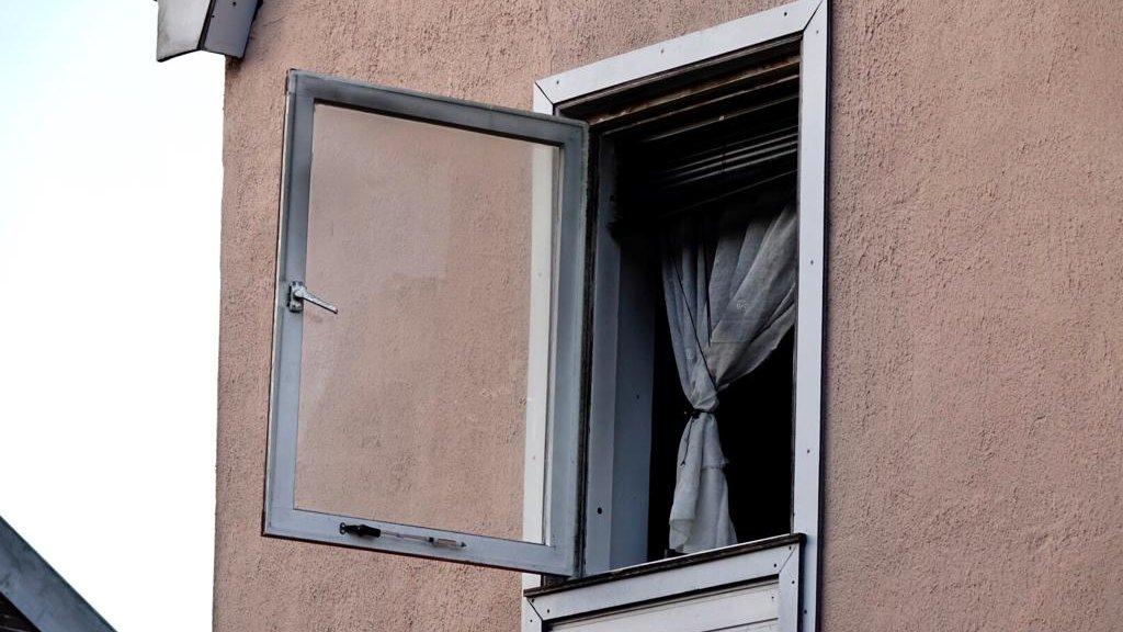 Het raam op de tweede verdieping.