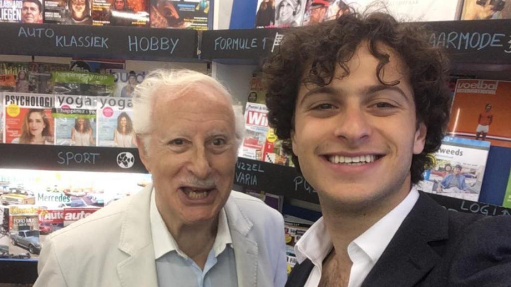 Yaniv en zijn opa Jack Eljon, die als gastspreker op scholen zijn oorlogsverhaal vertelt.