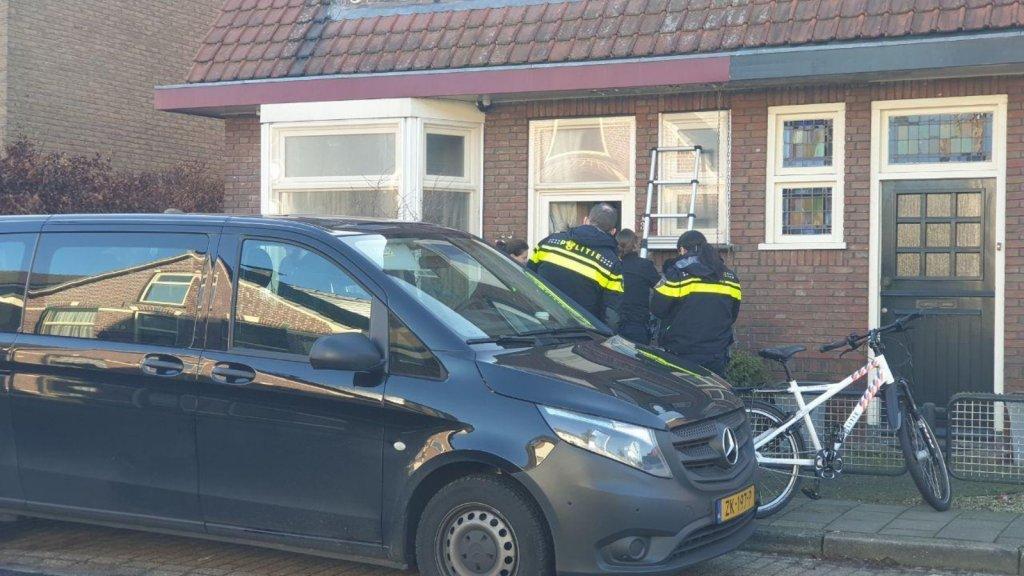 Politie valt de woning in Hengelo binnen.