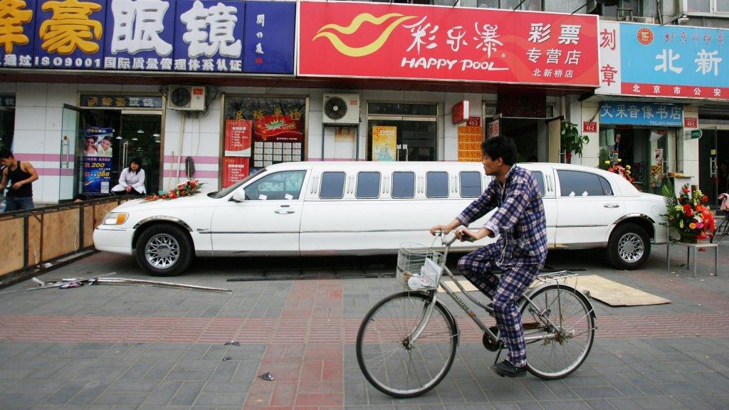 De stad vindt het dragen van een pyjama op straat 'onbeschaafd'.