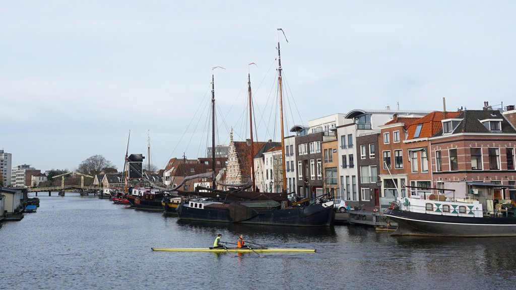 Het Galgewater in hartje Leiden.