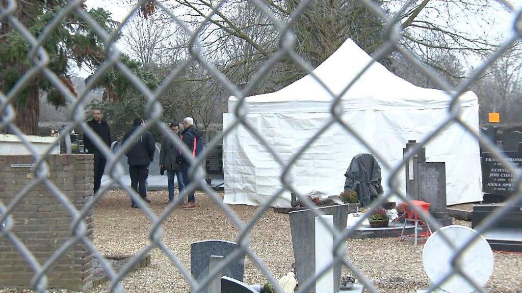 De plek waar de politie onderzoek doet, de begraafplaats van de Katholieke Kerk Heugem in Maastricht.
