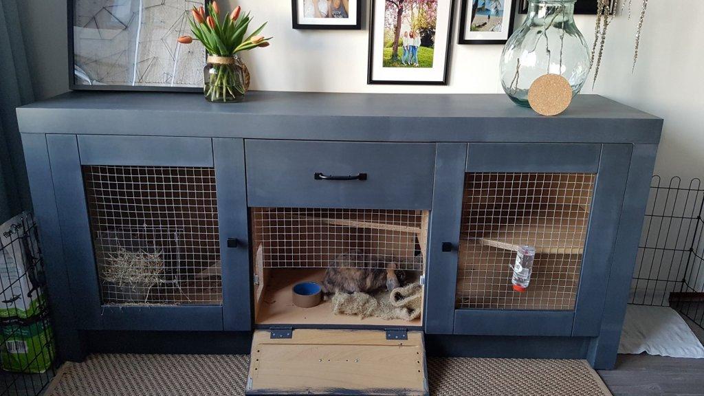 Zelfgemaakt konijnenhok in de woonkamer.