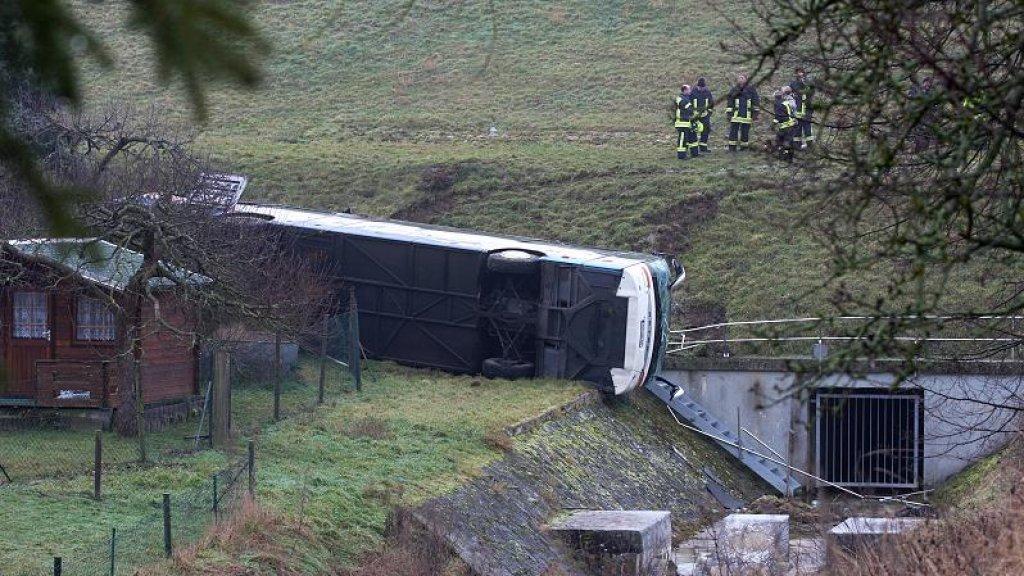 Door nog onbekende redenen raakte de bus van de weg.
