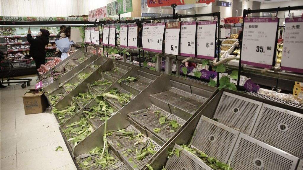 De schappen in de supermarkten in Wuhan raken leeg nu mensen massaal inslaan.