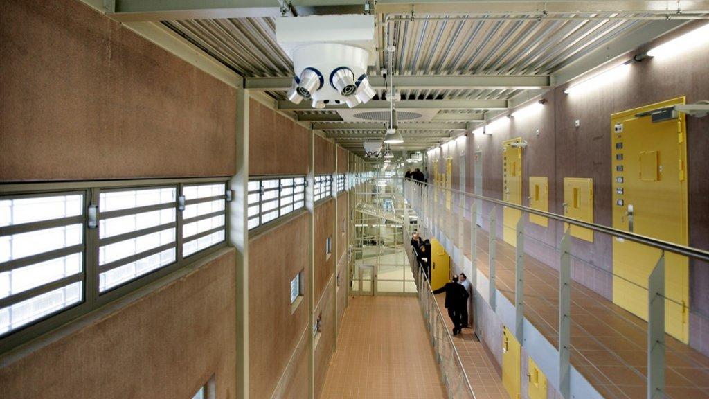 Een medewerkster van een gevangenis in Lelystad is op non-actief gesteld omdat ze een affaire had met een gevangene.