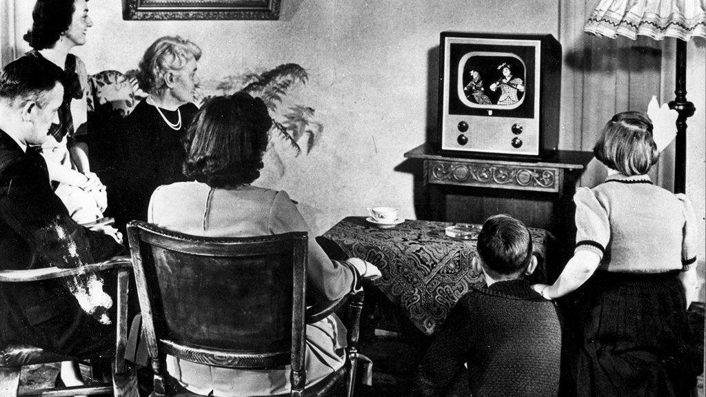 TV-uitzending vanuit de Philips Schouwburg. Het hele gezin rond het toestel in 1951.