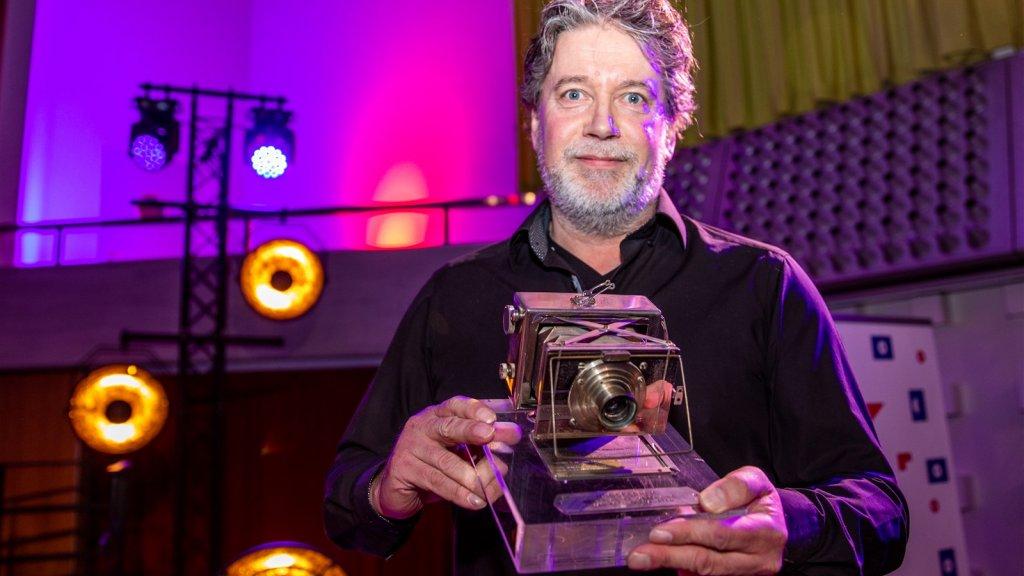 Fotograaf Eddy van Wessel met de Zilveren Camera.