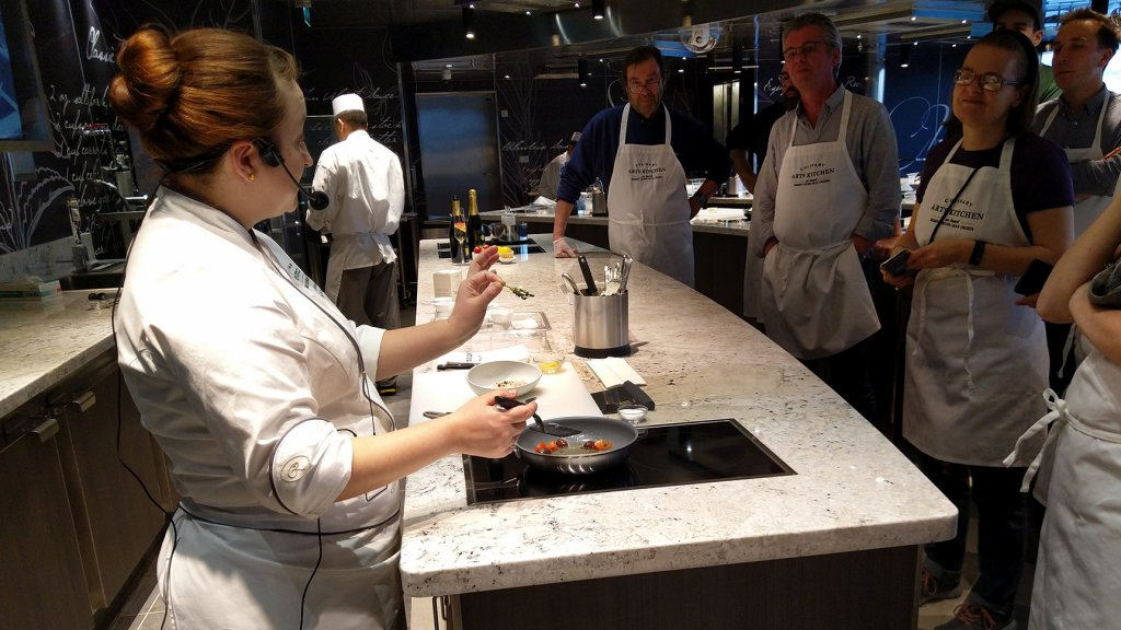 Chef Kellie Evans tijdens de culinaire workshop.