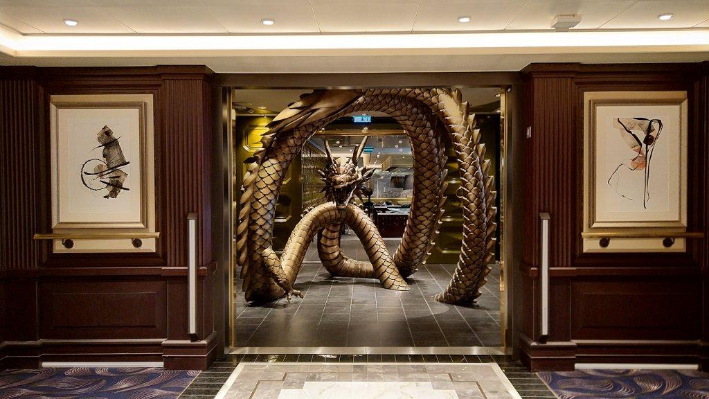 Drakensculptuur voor de ingang van een van de restaurants.