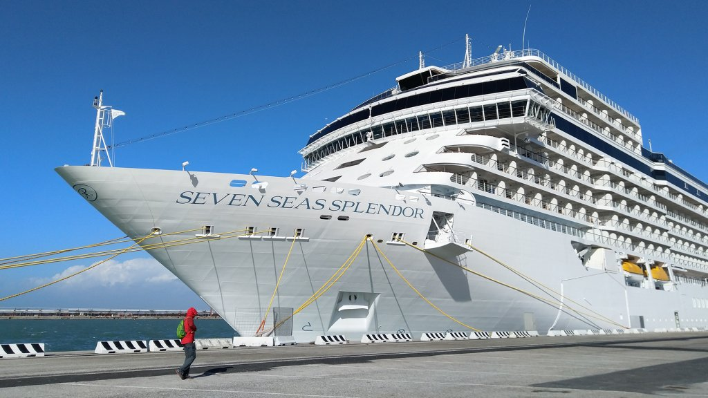 De Seven Seas Splendor in de haven van Livorno.