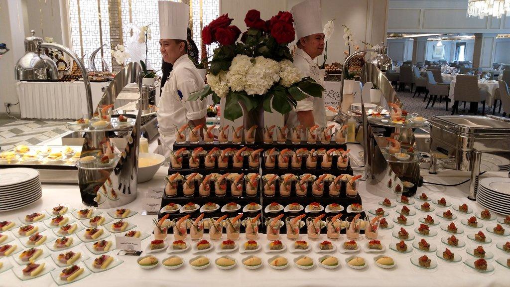 De tafel met hors d'oeuvres tijdens het brunch buffet.